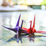 寄り添う赤と青の折鶴